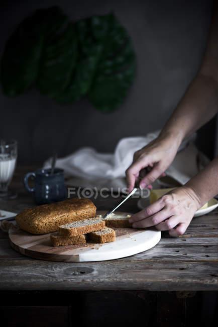 Ernte weibliche Hände schmieren hausgemachten Kuchen slice — Stockfoto