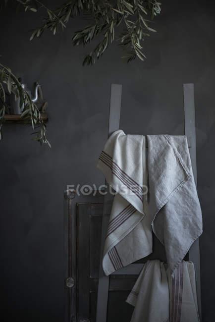 Natura morta con panno bianco appeso sulla sedia — Foto stock