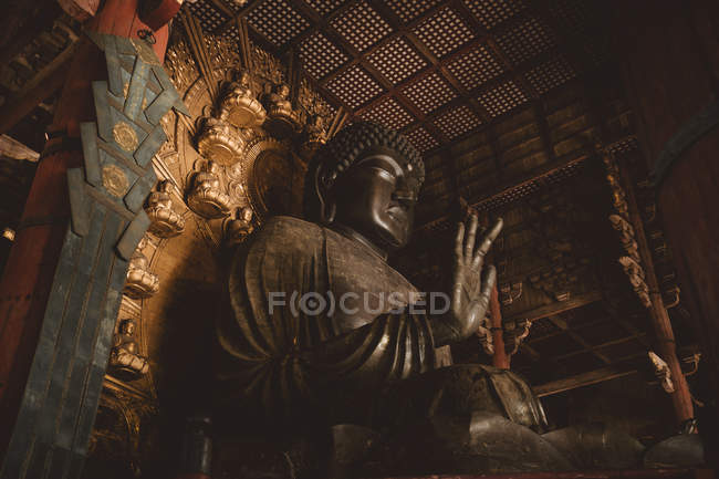 Знизу погляд величезна статуя Будди в азіатських храм. — стокове фото