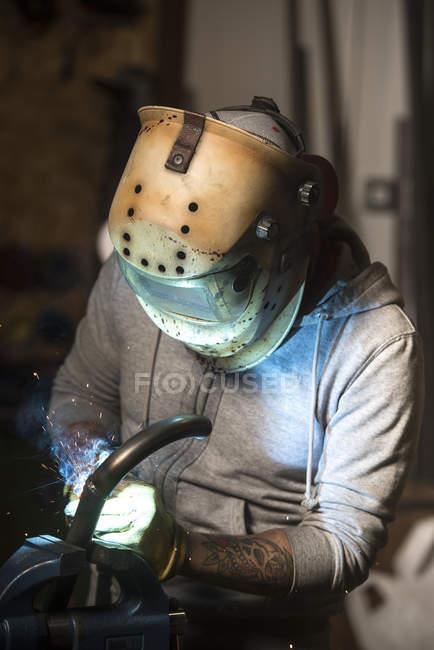 Портрет працівник, в масці зварювання труб на семінарі — стокове фото