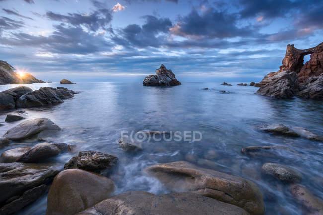 Ідилічному морської скелястому узбережжі під scenic cloudscape — стокове фото