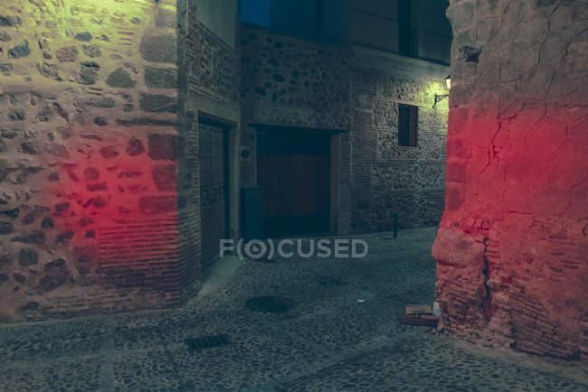 Vista prospettica a bellissimo passaggio tra strada edifici di notte. — Foto stock