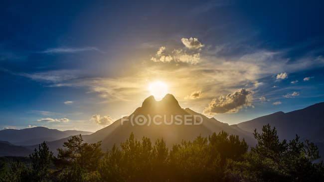Під час заходу сонця світла, сяючого позаду Pedraforca гора — стокове фото
