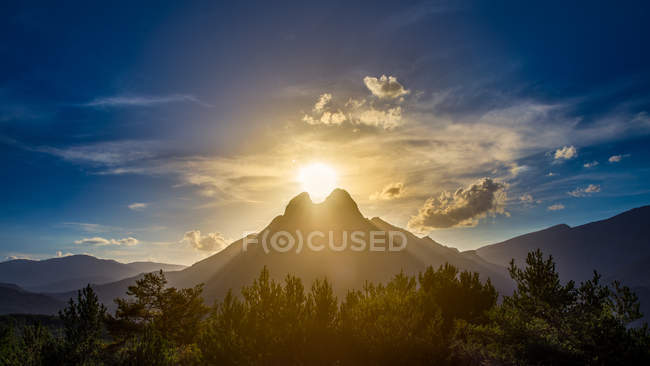 Свет солнца сияет за горой Педрафорка — стоковое фото