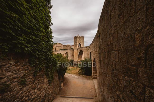 Перегляд середньовічних міст Besalu. Під час подорожі, Іспанія. — стокове фото