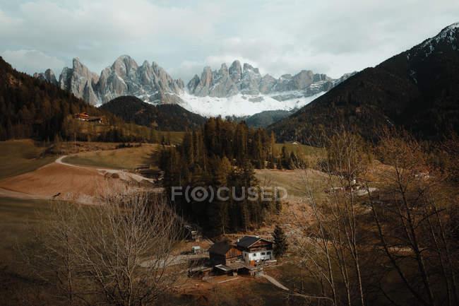 Небольшие сельские дома, построенные в долине в горах. — стоковое фото