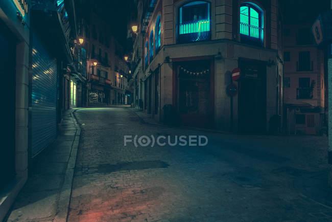 Зовнішній вигляд порожній темній вулиці і дороги в місті вночі. — стокове фото