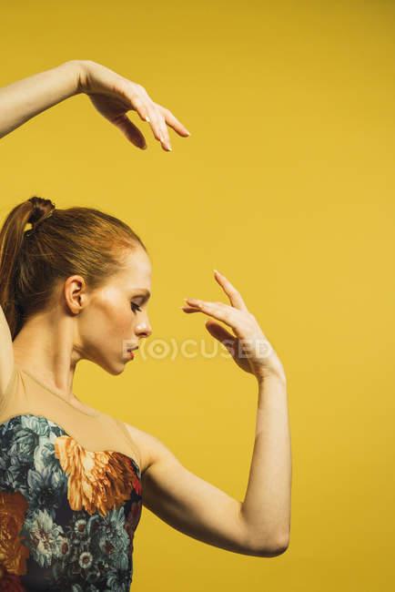 Vista laterale della rossa che balla in studio — Foto stock