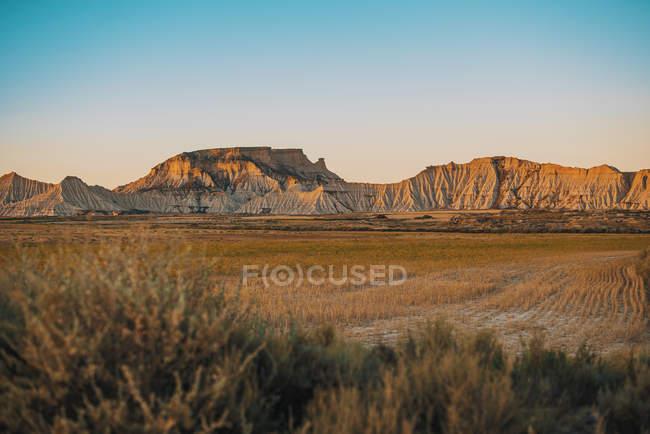 Paisagem de campo seco e iluminado pelo sol pedras num dia sem nuvens. — Fotografia de Stock