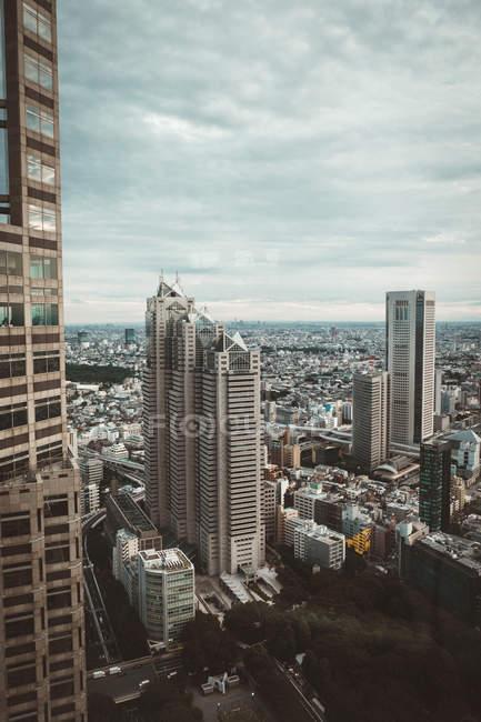 Високих хмарочосів вежі на фоні невеликі будівлі пейзаж — стокове фото