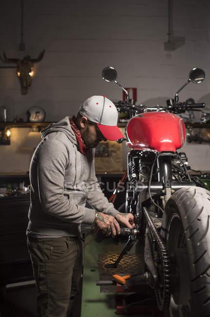Професійних механіком, що працюють у власний мотоцикл семінар — стокове фото