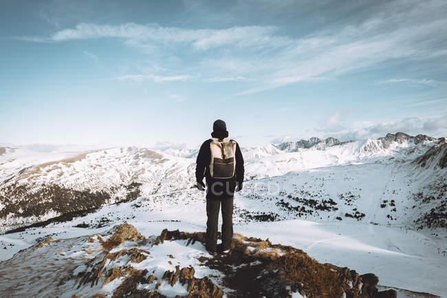 Vista posteriore del turista in posa con lo zaino su sfondo di paesaggio della montagna — Foto stock