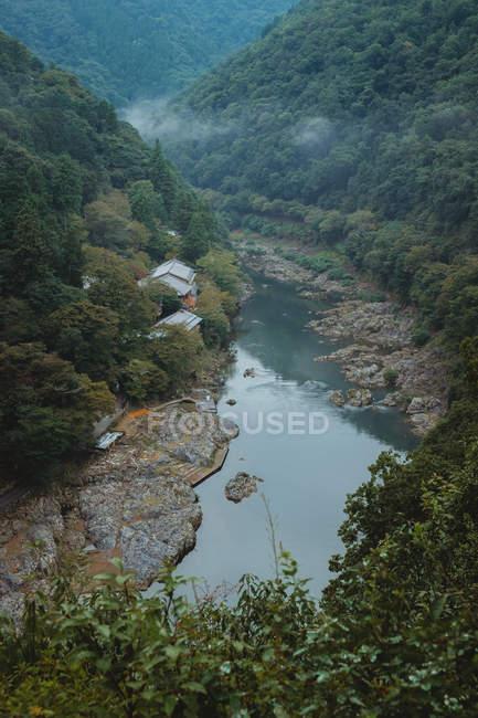 Vista al río que fluye entre los cerros - foto de stock