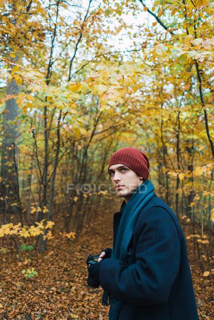 Homme posant en bois d'automne — Photo de stock