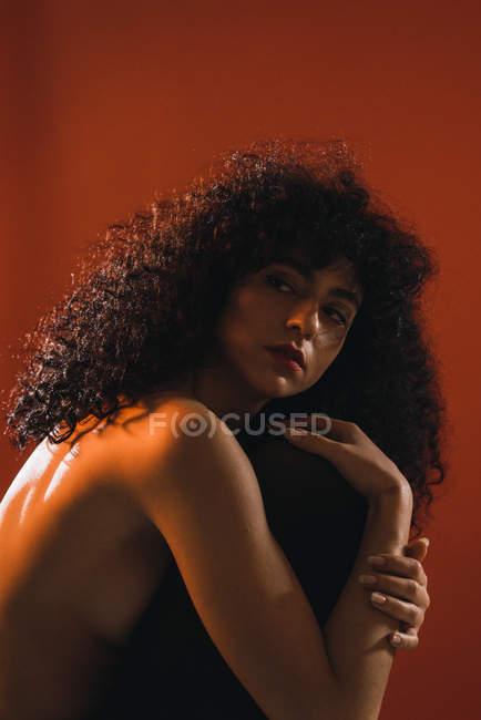 Vista lateral de mujer topless posando en el estudio y mirando lejos - foto de stock