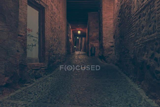 Перспектива подання до історичних воріт і міст на вулиці вночі. — стокове фото