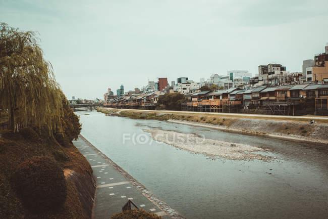 Ver casas de aldeia e Rio em dia nublado. — Fotografia de Stock