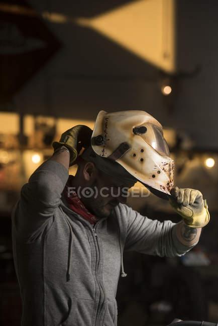 Профессиональный сварщик, надевая маска сварщика — стоковое фото