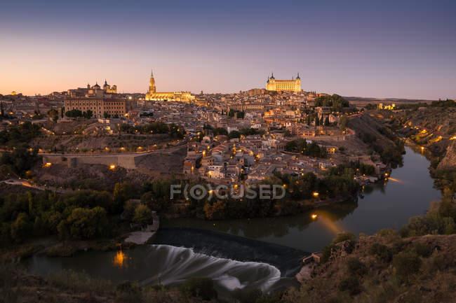 Luftbild der beleuchteten Altstadt von Toledo bei Einbruch der Dunkelheit. — Stockfoto