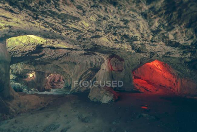 Вид на освітлену шляхи і пасажі в кам'яну печеру. — стокове фото