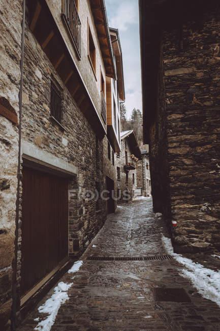 Caminho de beco fino entre casas na aldeia de montanha . — Fotografia de Stock