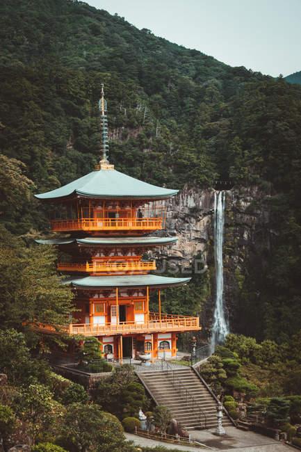 Переглянути традиційних азіатських пагоду і красивий водоспад у лісі. — стокове фото