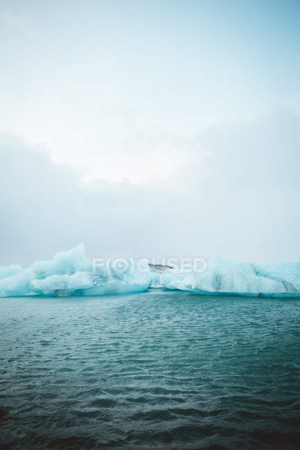 Fernblick über Gletscher im blauen Meerwasser. — Stockfoto