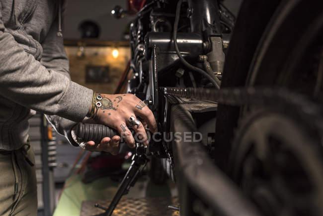 Обтинання руки з тату ремонту мотоцикл на семінарі — стокове фото
