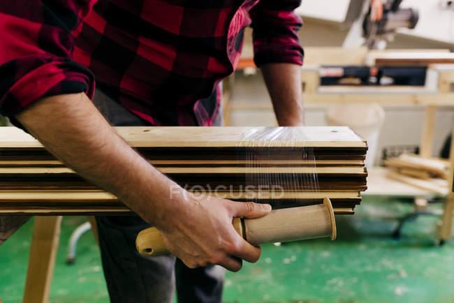 Zugeschnittene Tischler Verpackung gestapelte Holzplatten — Stockfoto