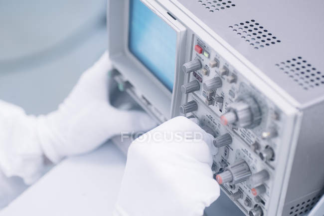 Mãos de colheita de cientistas que operam com equipamentos em laboratório . — Fotografia de Stock