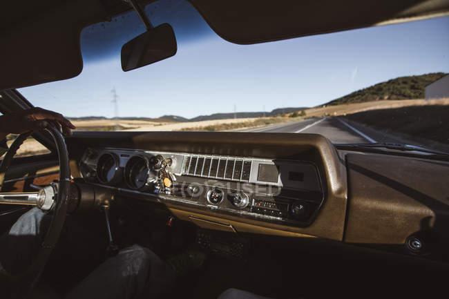 Земледелец за рулем машины на сельской дороге в солнечный день — стоковое фото