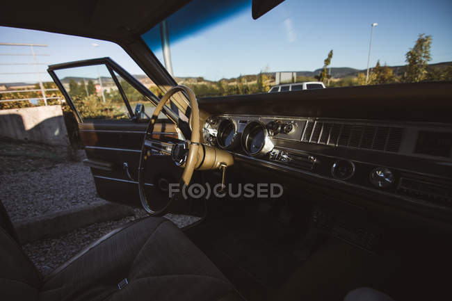 Asiento vacío del coche con la puerta abierta. - foto de stock