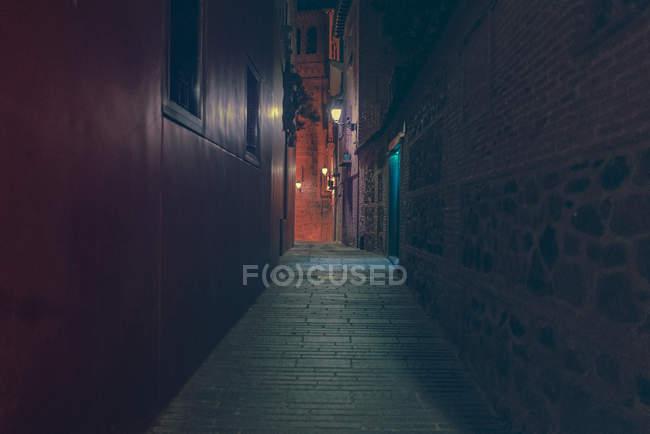 Перспективный вид на проезд по улице ночью . — стоковое фото