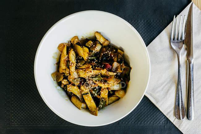 На гриле куриные полоски с овощами на плите — стоковое фото