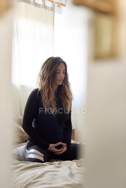 Mulher fazendo exercícios de ioga em casa — Fotografia de Stock