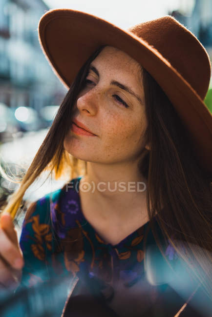Sensuelle jeune femme en chapeau jouant avec les cheveux — Photo de stock
