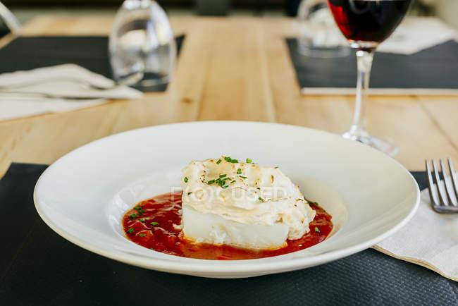 Merluzzo con salsa di panna e pomodoro — Foto stock