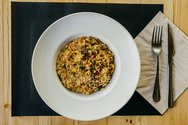 Direttamente sopra la vista di riso con carne sulla piastra — Foto stock