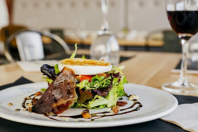 Insalata di verdure con formaggio, carne di maiale e noci — Foto stock