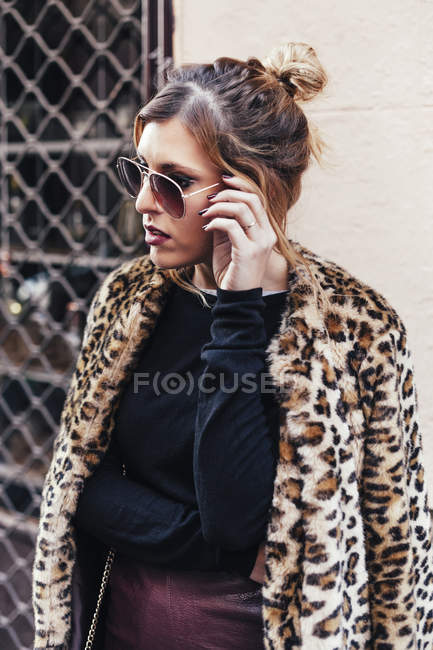 Portrait of young stylish blonde woman posing with sunglasses — Stock Photo