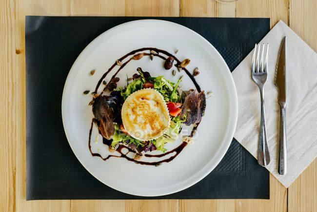Direttamente sopra la vista di insalata di verdure con formaggio, carne di maiale e noci — Foto stock