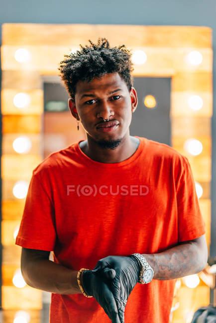 Перукар, Ставлячий в перукарні і дивлячись на камеру — стокове фото