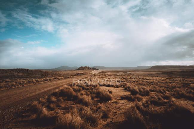 Paisagem da estrada no deserto sob cloudscape — Fotografia de Stock