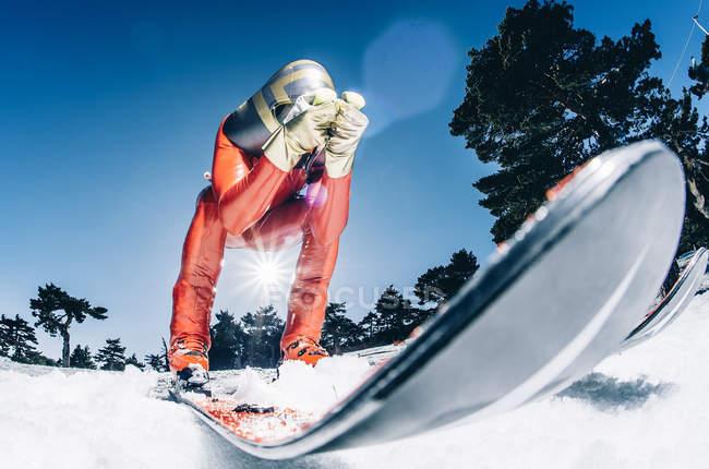 Человек практикует скорость лыж на склонах зимой — стоковое фото
