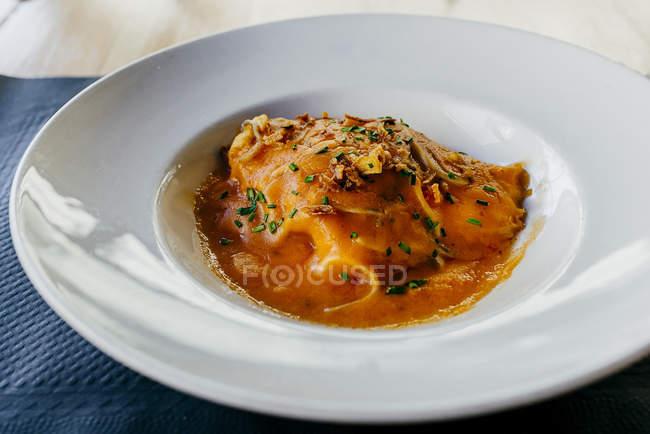 Жареная свинина с соусом на белом фоне — стоковое фото