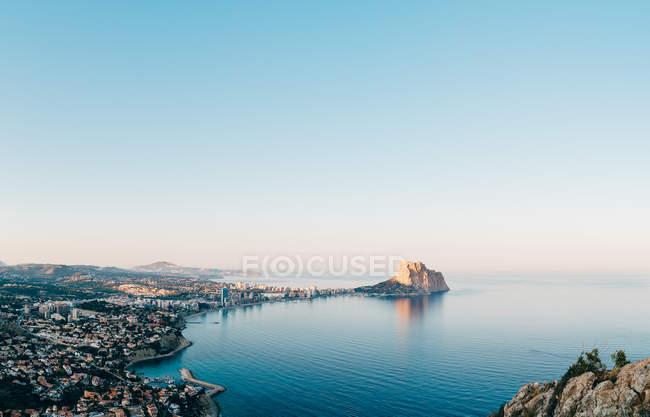 Велика гора острова і прибережного міста в бухту в безхмарне день — стокове фото