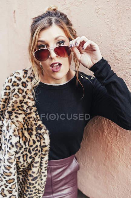 Portrait of young stylish blonde woman posing sunglasses — Stock Photo