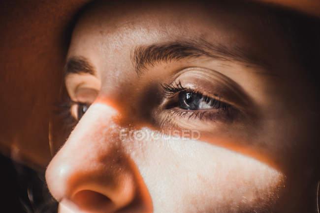 Portrait de femme avec des fusées éclairantes sur le visage — Photo de stock