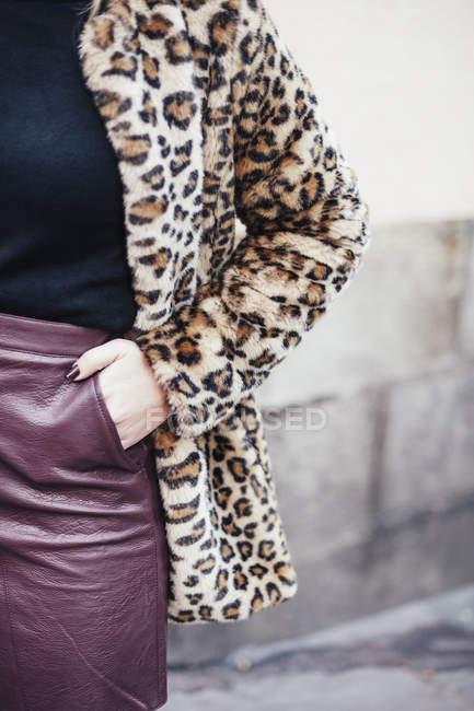 Обтинання стильною жінкою в кожусі пантера вулиці — стокове фото