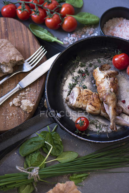 Directamente sobre la vista de las aves de corral frito en pan - foto de stock